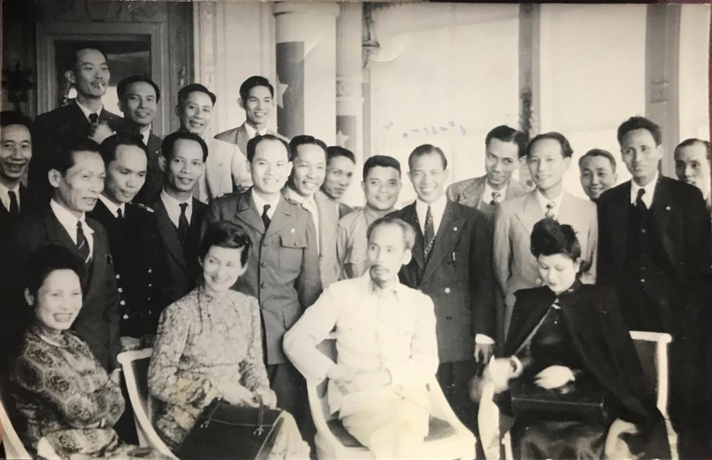 À la gauche d'Ho Chi Minh. Derrière elle à droite, Pham Van Dong. Paris 1946